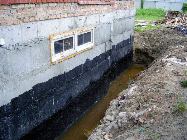 Качественная гидроизоляция на основе битума может выдерживать длительный контакт с водой даже при давлении на стены