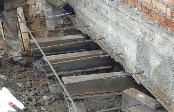 Как отремонтировать цоколь кирпичного дома винтовыми сваями