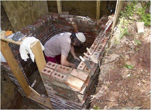 Кирпич для стены погреба можно заменить бетоном или бутом, предварительно пол погреба должен полностью высохнуть.