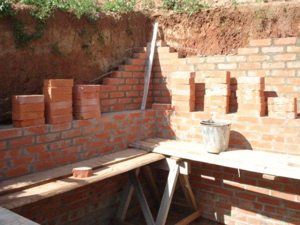 Кирпичная кладка стен.