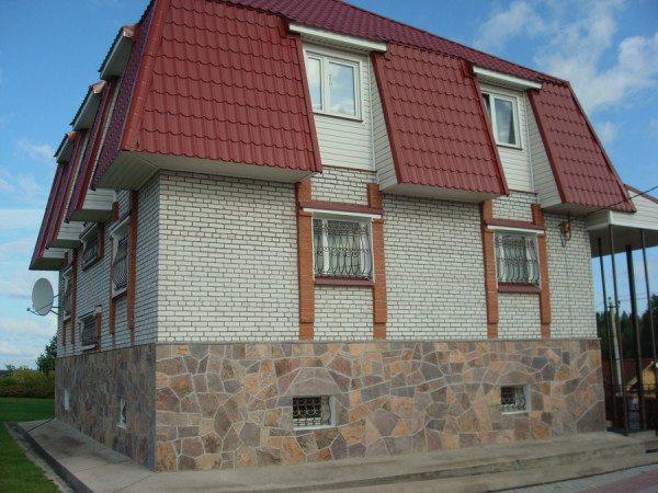 Кирпичный дом с оригинальным цоколем