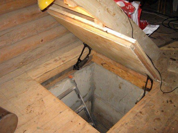 Коробка в люке утеплена пенофолом, снизу подшита фанерой.