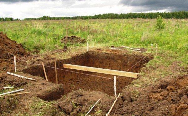 Котлован на участке под строительство погреба
