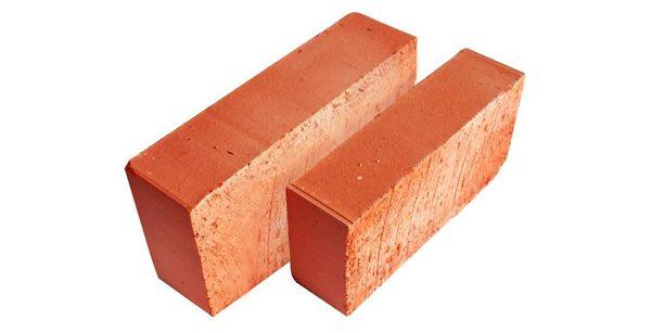 Красный кирпич из глины.