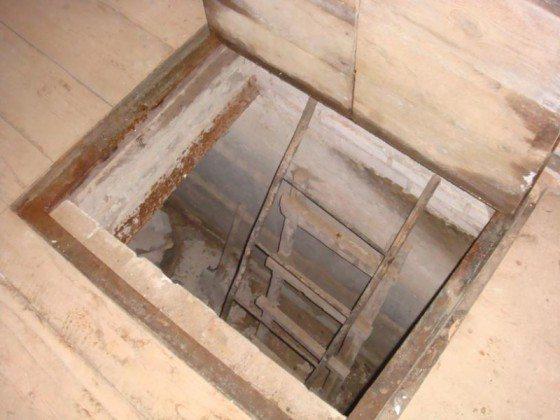 Лестница на фото очень компактна; однако подняться по ней с грузом в руках - нетривиальная задача.