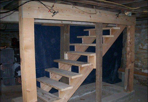 Лестница в погребе должна быть удобной и безопасной.