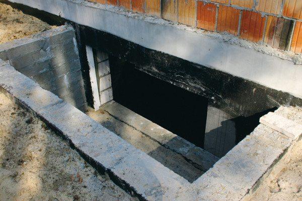 Любительское фото готового приямка без защитных конструкций