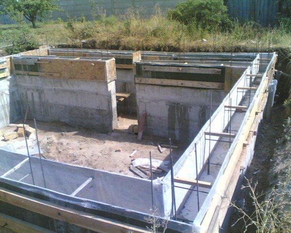 Любительское фото возведения бетонной конструкции подвала
