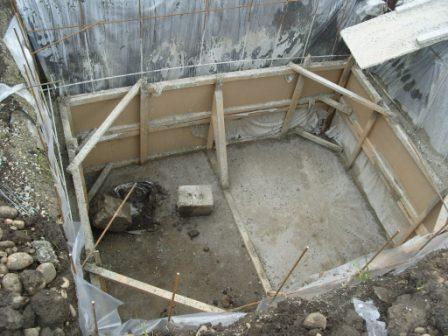 Маленькая хитрость: стены могут заливаться в несколько этапов с постепенным подъемом опалубки.