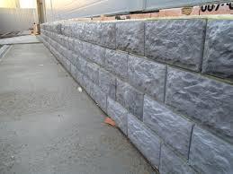 Между полом и плиткой стоит оставить небольшой зазор, который впоследствии заделается цементом или смесью для создания швов