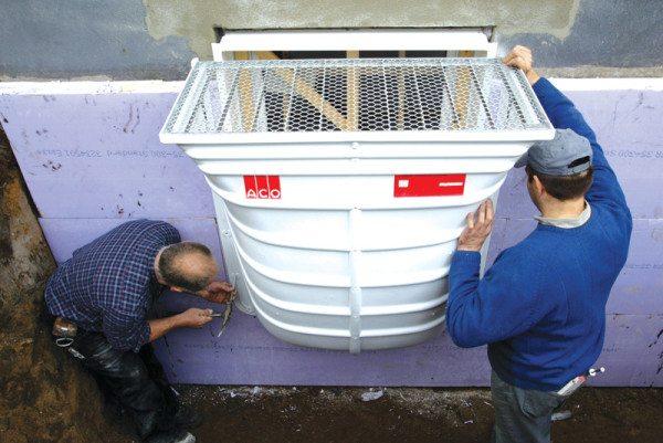 Монтаж заводского светового приямка с защитной решеткой предполагающей размещение вровень с поверхностью грунта