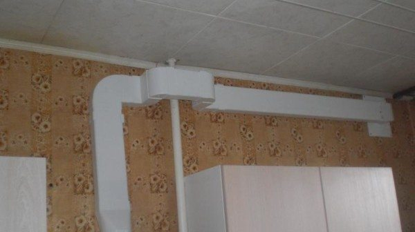 Монтируем воздуховодный короб от потолочного продуха к полу.