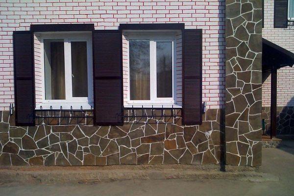 На фото - материал подходит не только для цоколя, но и для оформления фасада дома