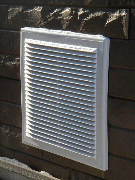 На фото - многие закрывают продухи сантехническими вентиляционными решетками