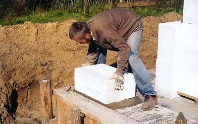 На фото - укладка бетонных блоков