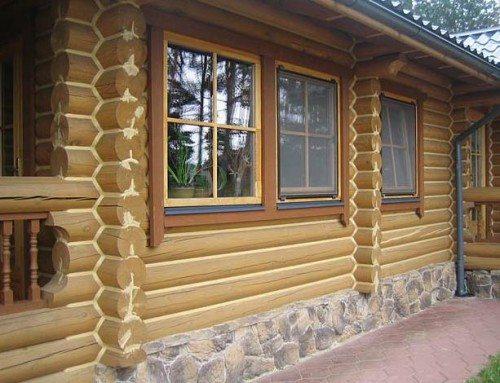 На фото - утепленный и отделанный фундамент не только защищает дом, но и улучшает его внешний вид