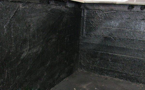 На фото – стены подвала после нанесения «жидкой резины»