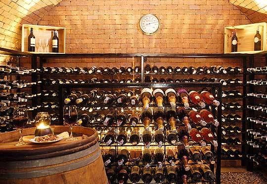 На фото домашний погребок для вина.