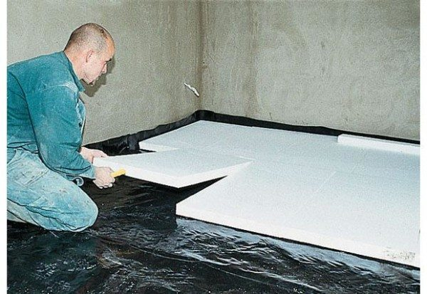 На фото: пленка должна заводиться на стены, а пенопласт должен укладываться аккуратно