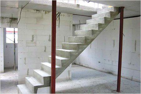 На фото показана готовая лестница из железобетона.