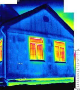 На фото с тепловизора хорошо видно, как через цоколь происходит потеря тепловой энергии.
