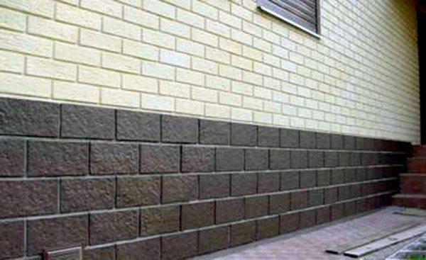 На фото темный цоколь соседствует с более светлой стеной.