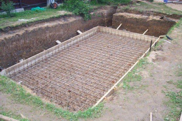На гравийно-песчаную подушку устанавливается армировочная конструкция и заливается бетон