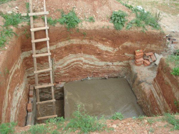 На первом этапе роется котлован и укладывается бетонное основание