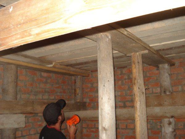 На третьем этапе возводится потолочное перекрытие, что позволяет создать наземный погреб без обваловки