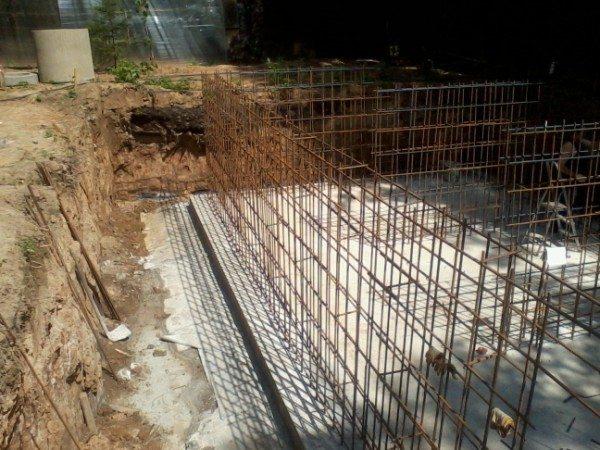 Наиболее надежны монолитные стены из бетона.