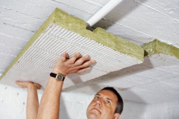 Наклеивание на потолок утеплителя