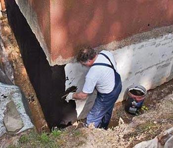 Нанесение краски на фундамент