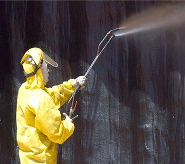 Нанесение на стены жидкого утеплителя, который может выполнять функции гидроизоляции