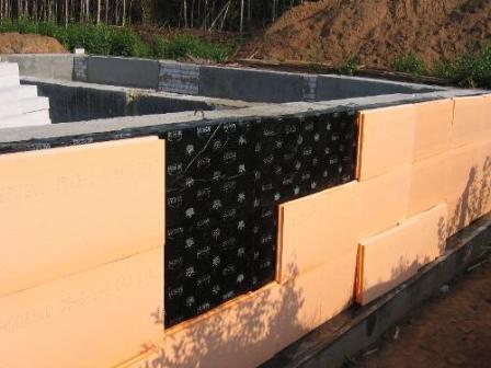 Наружное утепление стен поверх гидроизоляции предполагает установку защитного слоя для дренажа