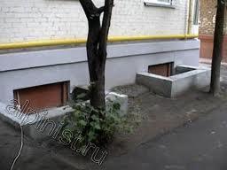 Небольшой бордюр послужит дополнительной защитой от дождя и не позволит лишней влаге попадать в приямок