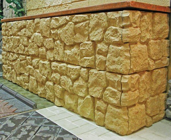 Облагораживание цоколя «диким камнем»