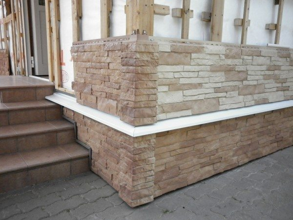 «Облагородить» нижнюю часть дома можно довольно просто - главное, подобрать соответствующий материал