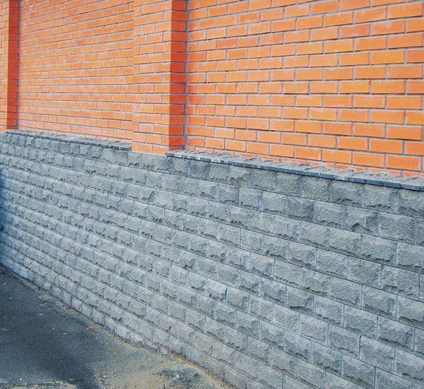 Облицовочный материал - бетонная плитка, стилизованная под камень.