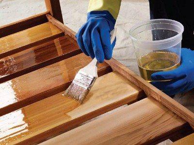 Обрабатываем деревянные полки в погребе антисептиком.