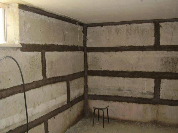 Обработанные швы в подвале из блоков