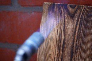 Обработка древесины паяльной лампой