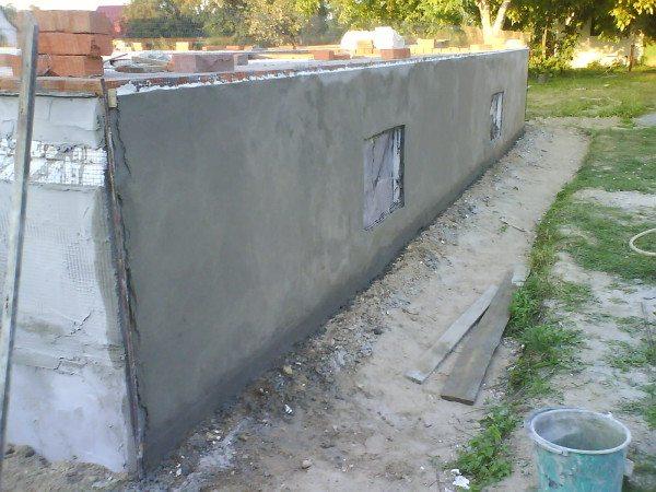 Обычную цементно-песчаную смесь наносят как выравнивающий слой для монтажа того или иного вида финишного покрытия.