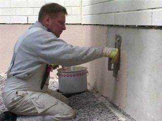 Очищаем поверхность, заделываем сколы и трещины, наносим выравнивающую смесь.