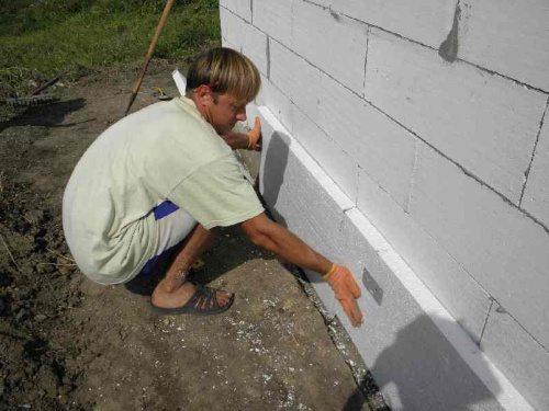 Оклеивание стен пенопластом