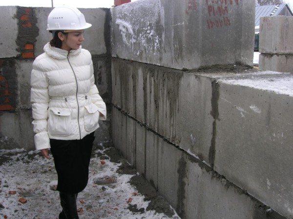 Оконные и дверные проемы формируют в процессе укладки блоков.