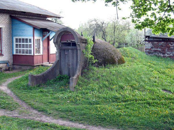 Отдельно стоящий погреб лучше строить на небольшом возвышении.