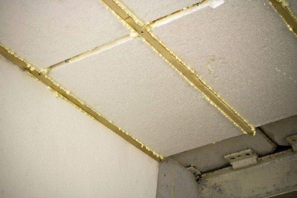 Пенопласт может использоваться как на стенах, так и на потолке