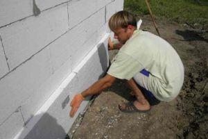 Пенопласт можно монтировать на стену в одиночку.