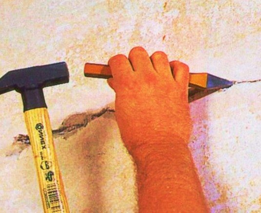 Перед заделкой трещин следует удалить все слабые участки стены