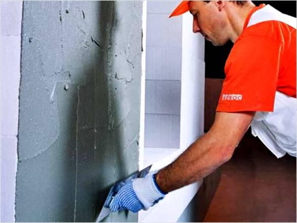 По сетке выполняем финишную отделку стен.